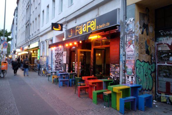 falafelinberlin berlin Tische vor der Tür