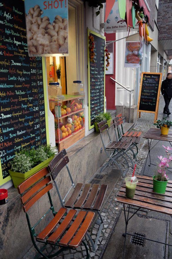saftpresse berlin Tische vor dem Lokal