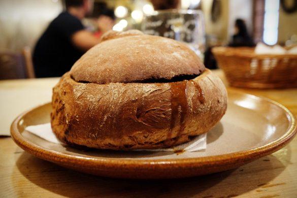 Gulasch im Brot Prag