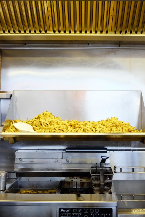 pommes und friteuse im burgerlokal tiergarten berlin