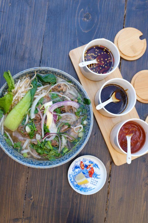 Pho mit Saucen vietnamesisches Restaurant Berlin Prenzlauer Berg